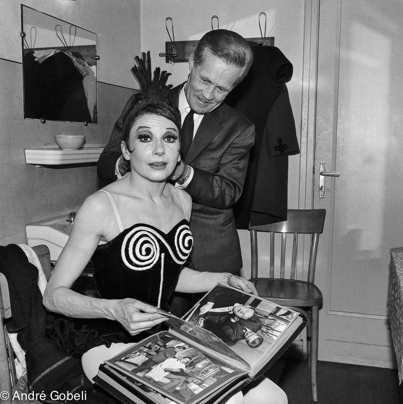Zizi Jeanmaire dans sa loge du théâtre d\u0027Annecy avec le coiffeur Perfetti  1963.